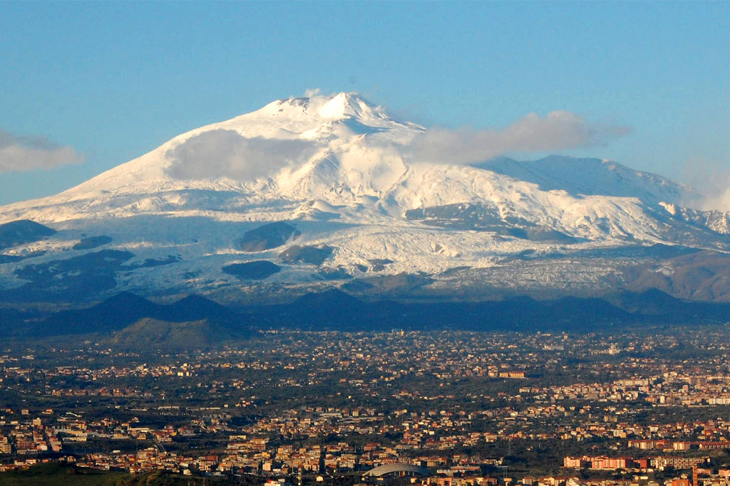 Mt_Etna_and_Catania2